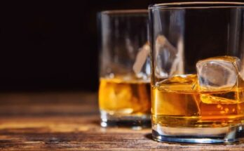 Two-glasses-of-whiskey-with-ice