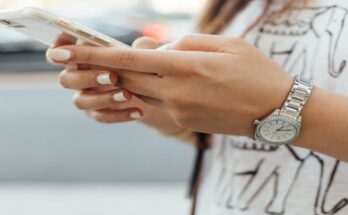 woman_holding_smartphone